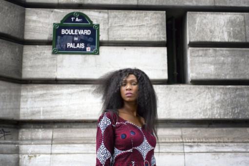 Paris, le 12 juillet 2017. Portrait d'Assa Traoré, soeur d'Adama Traoré, décédé à la gendamerie de Persan (Val-d'Oise) le 19 juillet 2016, devant le Palais de Justice de Paris.   Crédit:Hugo Aymar